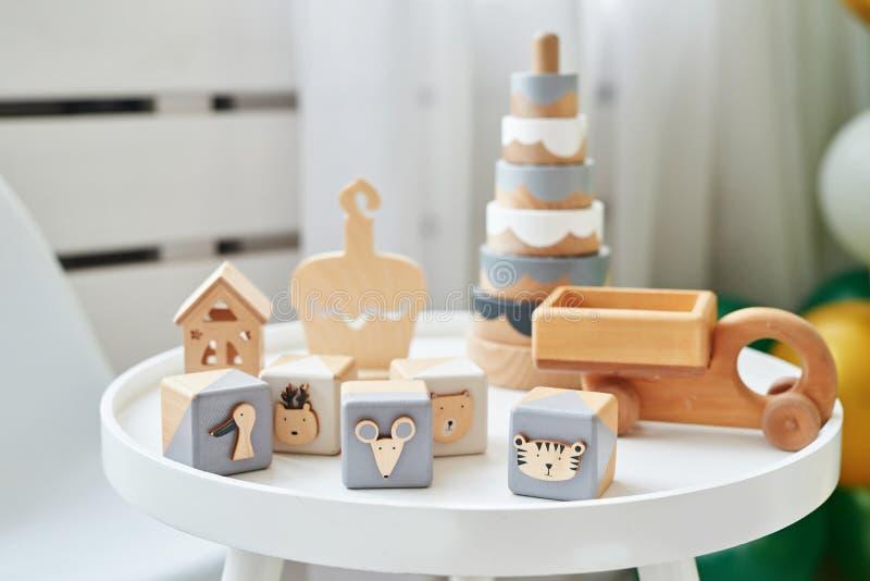 Mobilier scandinave pour enfants Table de chambre pour enfants scandinaves et jouets éducatifs en bois L'intérieur de la salle de photographie stock libre de droits
