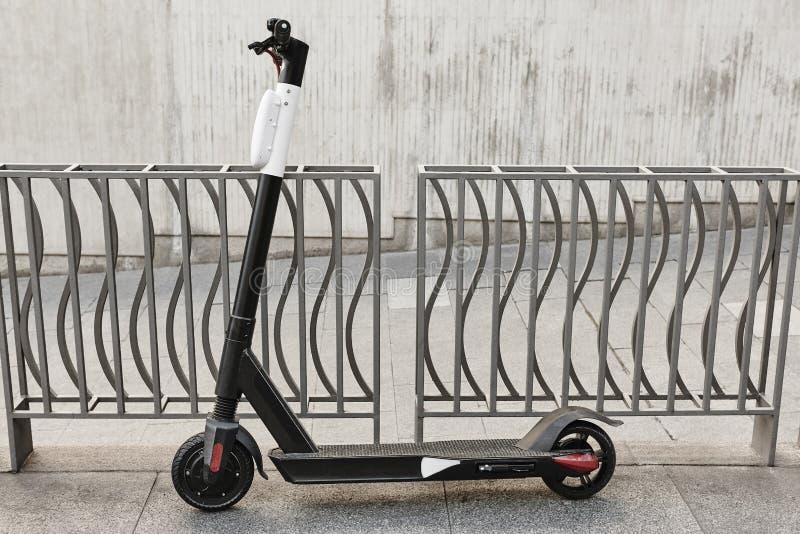 Mobilité urbaine viable Scooter sur la ville Transport ?lectrique photo stock