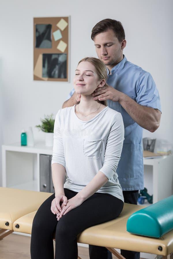 Mobilizzazione cervicale della spina dorsale immagini stock libere da diritti