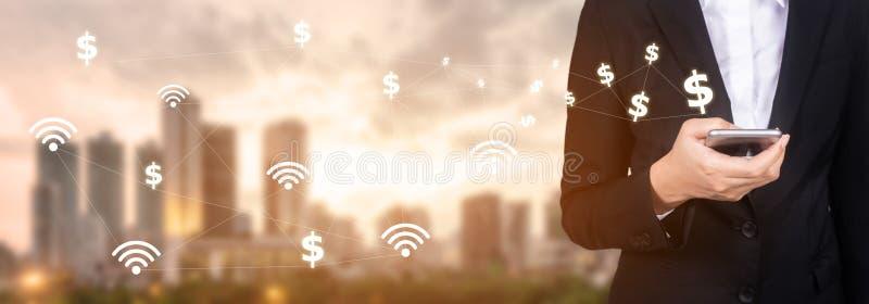 Mobilna bankowości sieć ludzie biznesu używa telefon komórkowego z zdjęcia stock