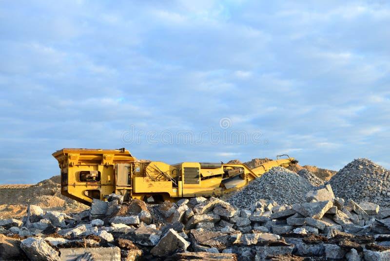 Mobilna Kamiennego gniotownika maszyna łupem dla miażdżyć stare betonowe płyty w żwir i natępnym budowy lub kopalnictwa obrazy royalty free