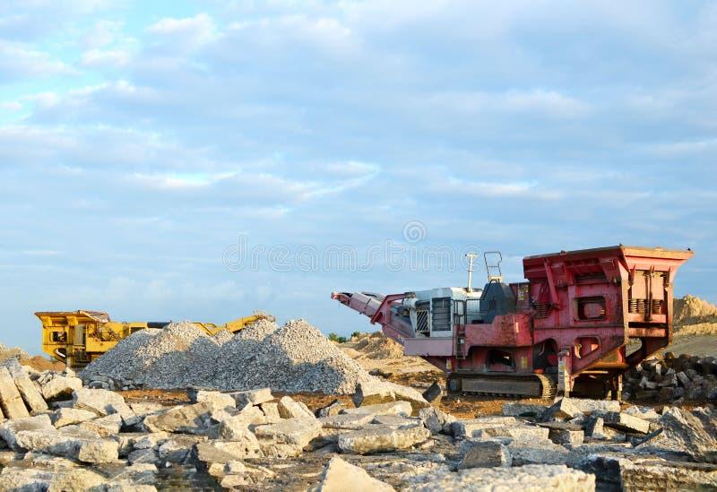 Mobilna Kamiennego gniotownika maszyna budowy lub kopalnictwa ?upem dla mia?d?y? stare betonowe p?yty w ?wir zdjęcia royalty free
