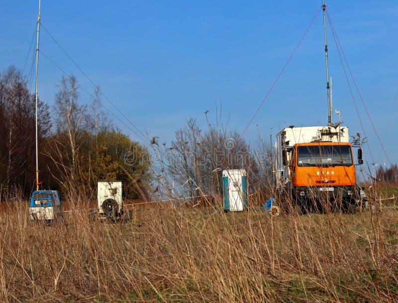 Mobilna meteorologiczna stacja pracuje na drodze w naturalnym środowisku Samochodu specjalisty obozowi diagnostycy Prognoza pogod obraz stock