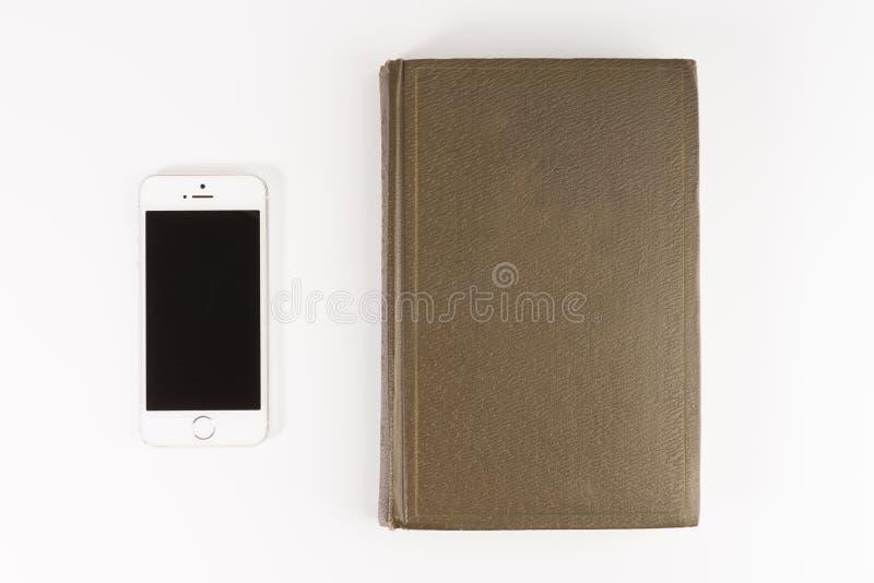 Mobilny czytania i literatury biblioteczny pojęcie: rezerwuje z pustym ekranem i ekranu sensorowego smartphone odizolowywającymi  zdjęcie royalty free