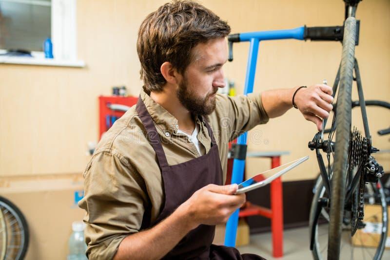 Mobilny repairman obrazy royalty free