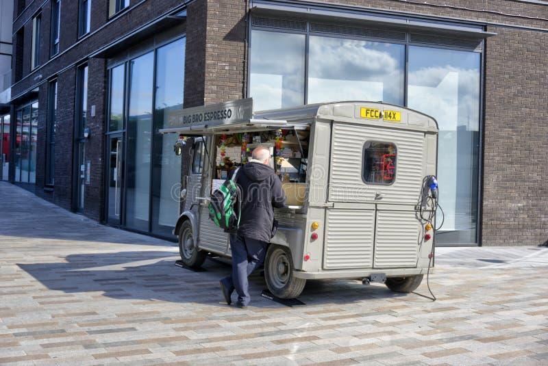 Mobilny sklep z kawą Parkujący na bruku zdjęcia stock