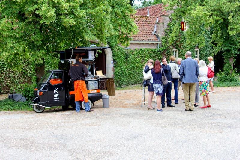 Mobilny sklep z kawą w małym samochodzie, holandie obrazy stock