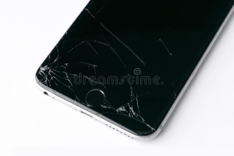 Mobilny smartphone z łamanym ekranem odizolowywającym na bielu zdjęcie stock
