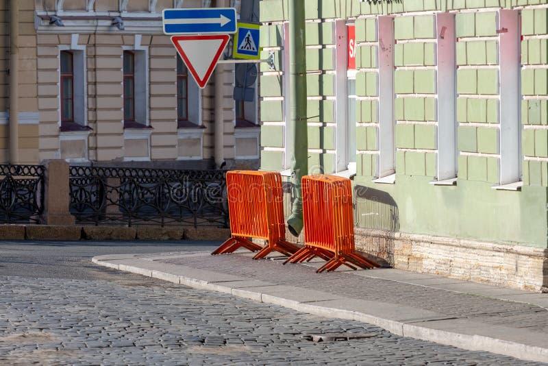 Mobilny stali ogrodzenie pomarańczowe uliczne bariery ograniczać ruchu przed koncertem zdjęcia royalty free