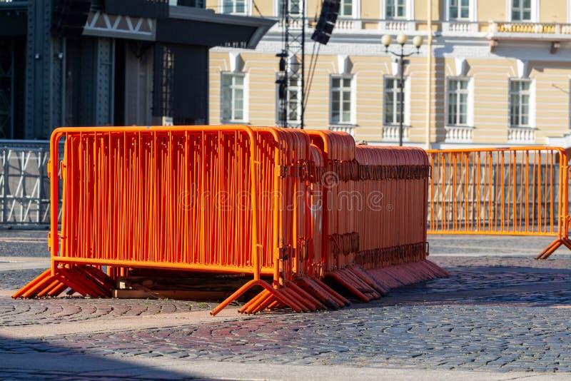 Mobilny stali ogrodzenie pomarańczowe uliczne bariery ograniczać ruchu przed koncertem obraz royalty free