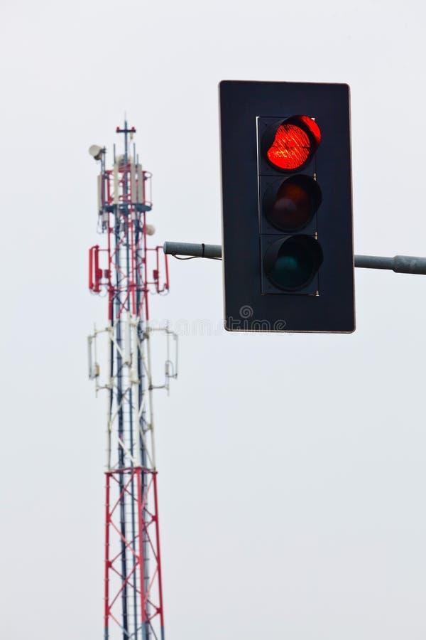 Mobilt överföringstorn och röda trafikljus arkivbild