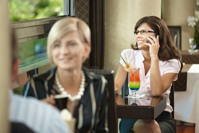 mobilt samtal för affärskvinnacafe arkivbild