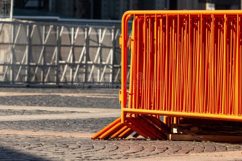 Mobilt st?lstaket orange gatabarriärer som begränsar rörelse för konserten royaltyfria bilder