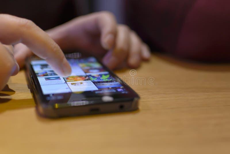 Mobilt surfa för telefon arkivbilder
