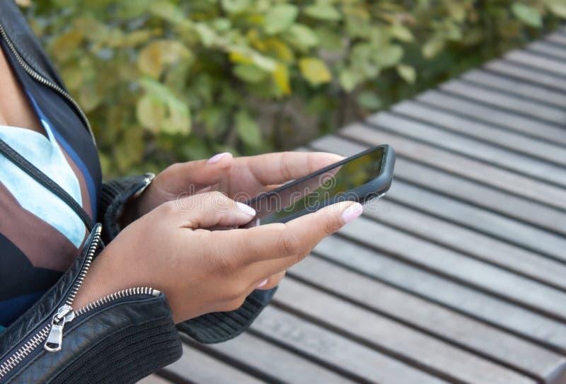 Mobiltelefon in den H?nden stockfotos
