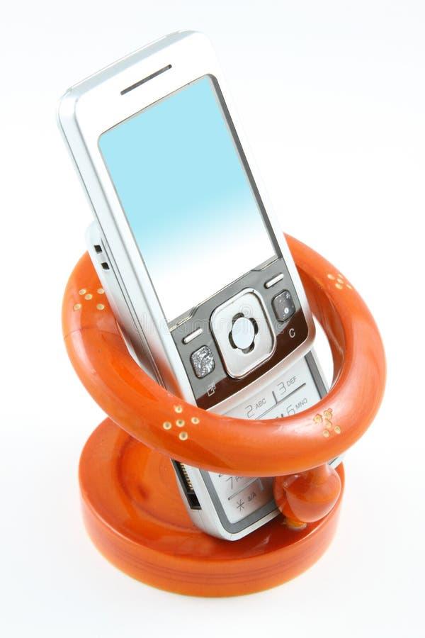 Mobiltelefon in der hölzernen Halterung stockfoto