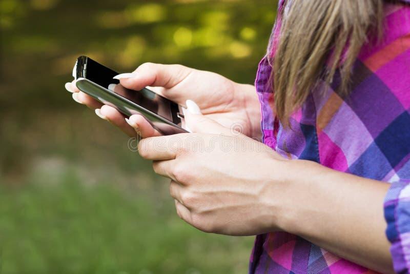 Mobiltelefon i händer arkivfoton