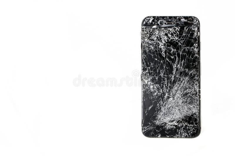 Mobiltelefon med den brutna pekskärmen på vit bakgrund royaltyfri fotografi