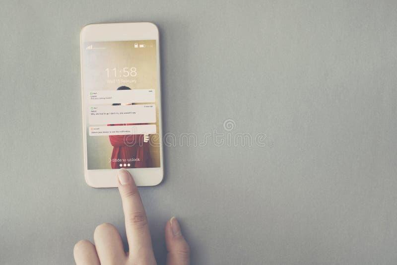 Mobiltelefon med meddelandet som pekar fingret arkivfoton