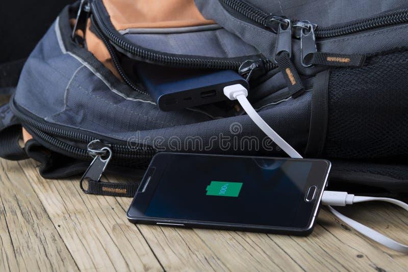 Mobiltelefon med powerbank fotografering för bildbyråer
