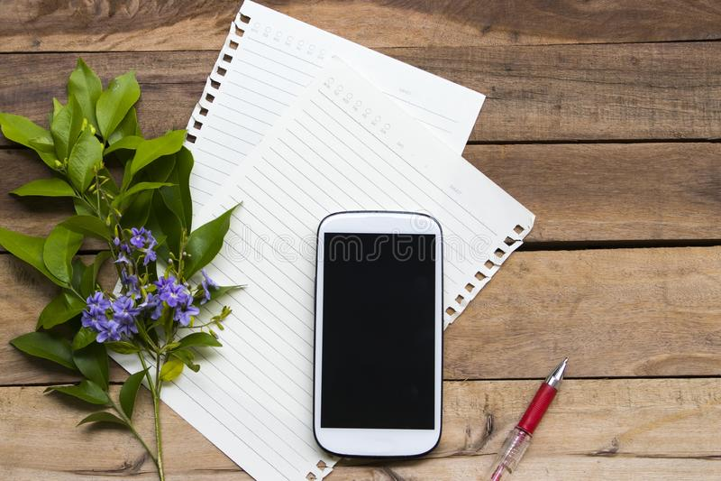 Mobiltelefon med stil för ordning för handstilpapper plan lekmanna- fotografering för bildbyråer