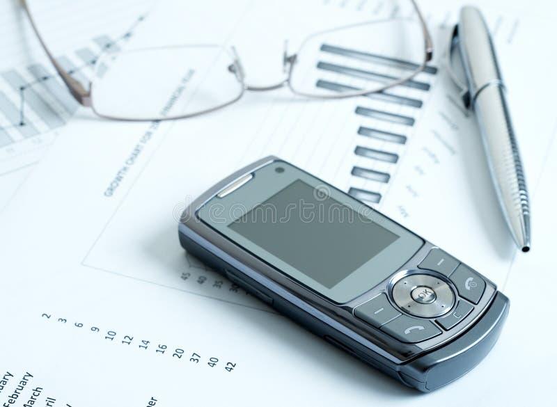 Mobiltelefon mit Feder und Gläsern lizenzfreie stockfotos