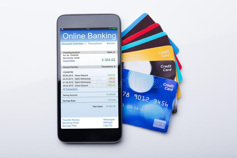 Mobiltelefon mit Online-Bankings-APP und Kreditkarte lizenzfreie stockfotografie