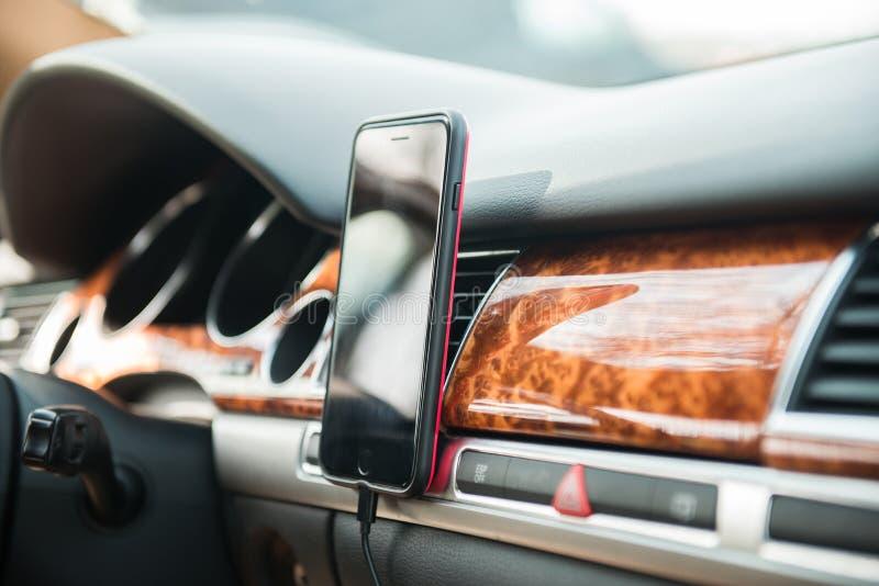 Mobiltelefon på hållaren för telefon för magnetbilmontering för GPS royaltyfria foton