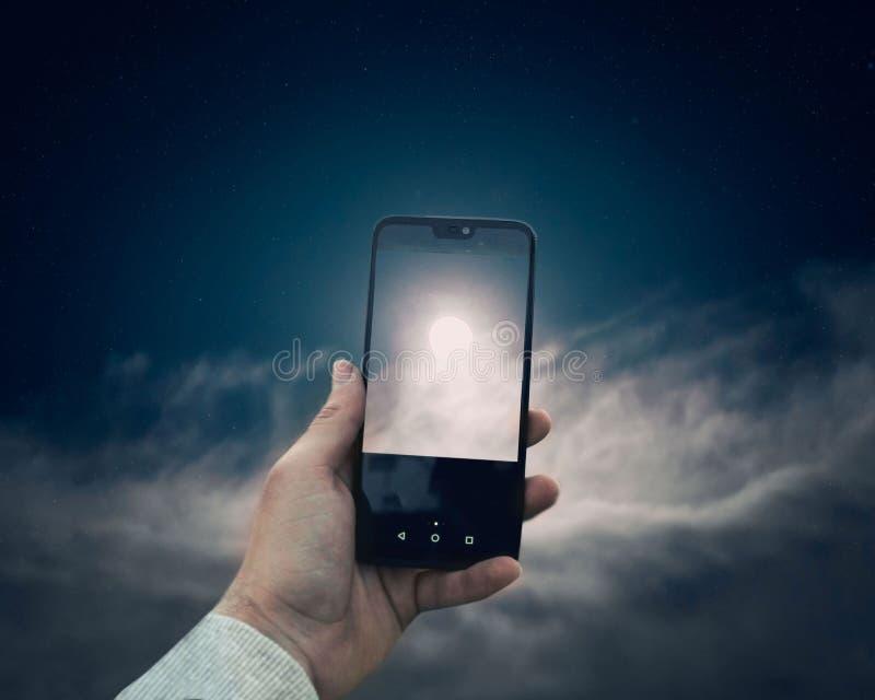Mobiltelefon und Mond lizenzfreie stockfotos