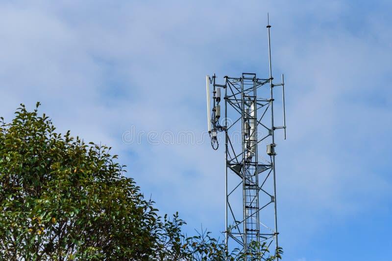 Mobiltelefonantenntorn med bakgrund för blå himmel royaltyfri foto