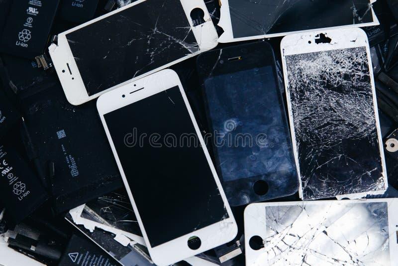 Mobiltelefonbatterier, minnestavlor, bruten skärmLCD-iPhone royaltyfria bilder