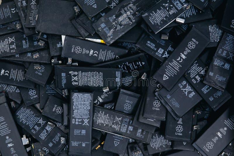 Mobiltelefonbatterier, minnestavlor, bruten skärmLCD-iPhone royaltyfri bild