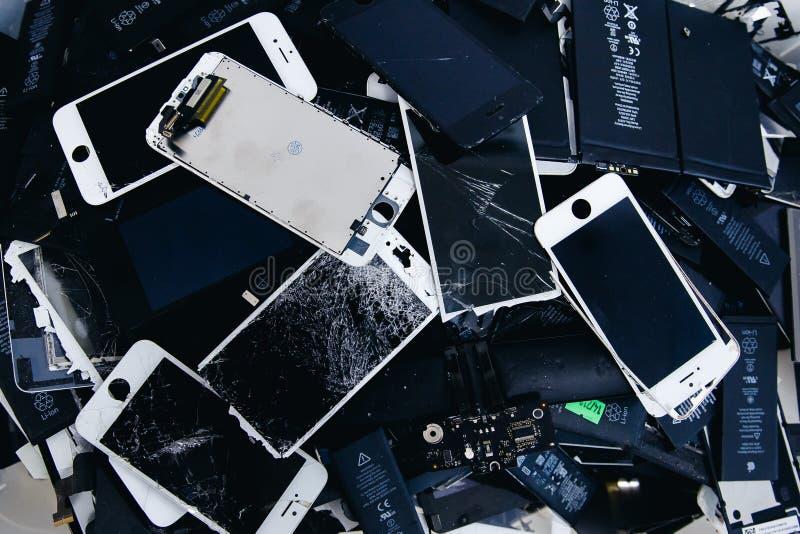 Mobiltelefonbatterier, minnestavlor, bruten skärmLCD-iPhone arkivbilder