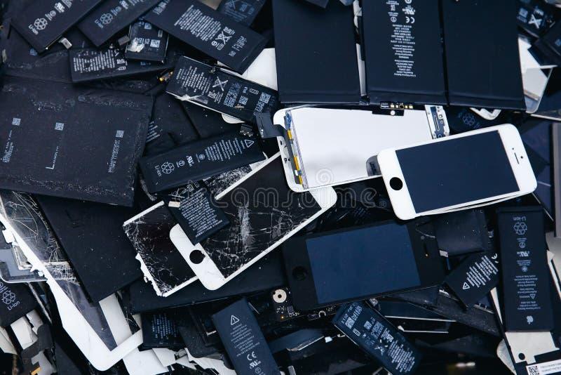 Mobiltelefonbatterier, minnestavlor, bruten skärmLCD-iPhone royaltyfria foton