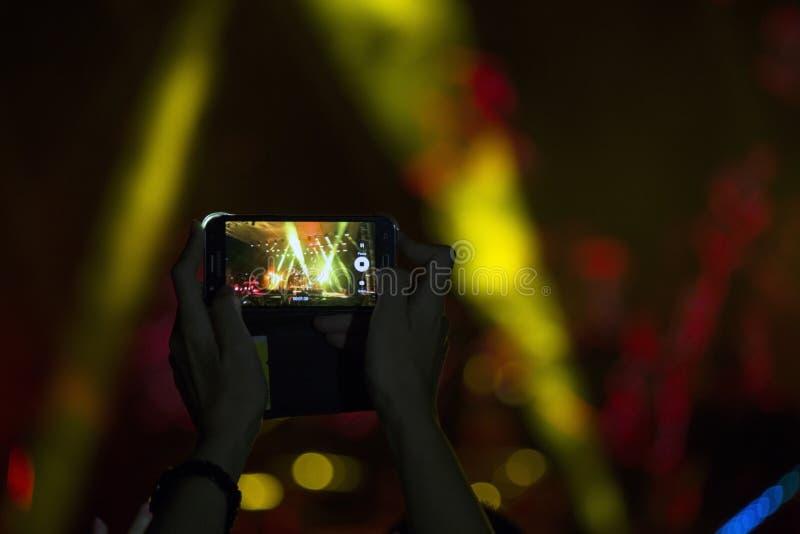 Mobiltelefoner i h?nder arkivfoton