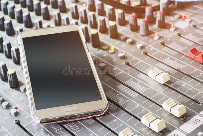 Mobiltelefoner på den ljudsignal blandaren arkivbild