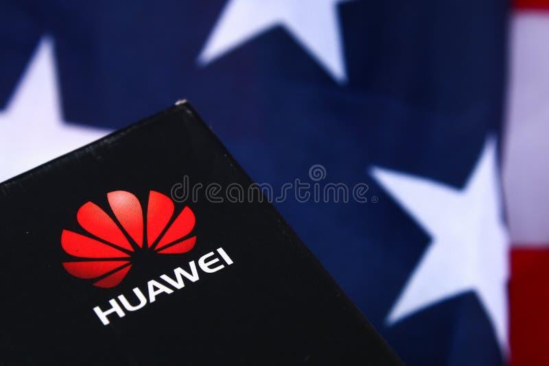 Mobiltelefonföretag Huawei på bakgrund av flaggan och USA dollar konfrontationländer US-Kina Aff?r Stavropol Juni arkivfoto