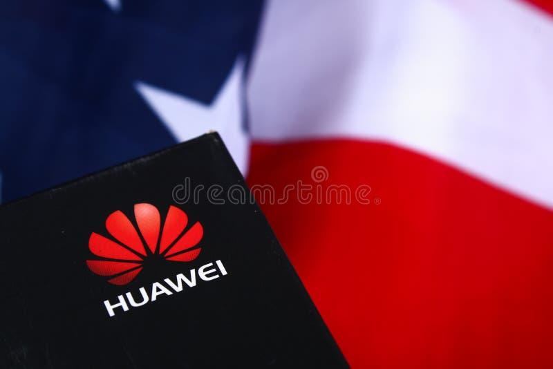 Mobiltelefonföretag Huawei på bakgrund av flaggan och USA dollar konfrontationländer US-Kina Aff?r Stavropol Juni royaltyfri fotografi