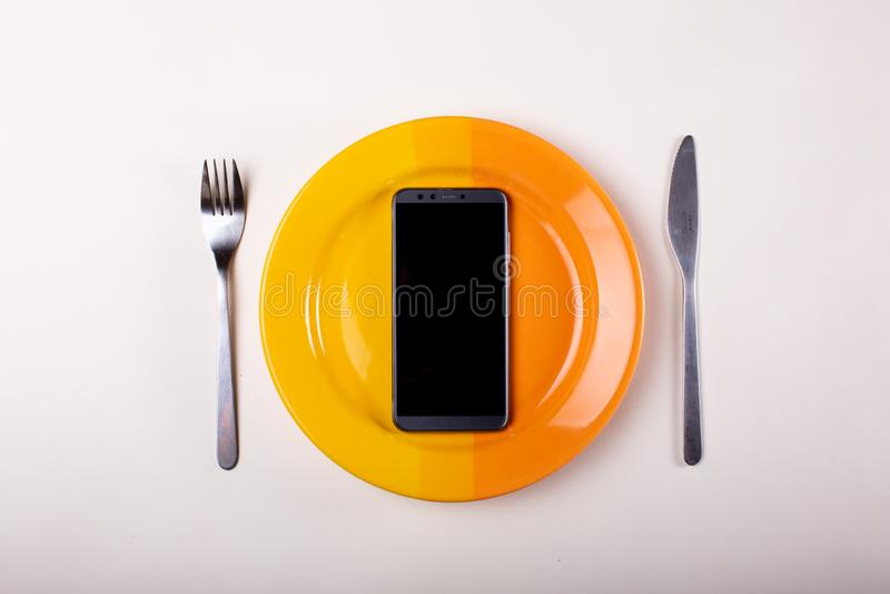 Mobiltelefongaffel och kniv arkivfoto