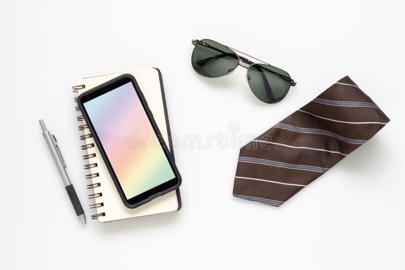 Mobiltelefonmodell med anteckningsbok-, för solexponeringsglas, smartphone- och slipskopieringsutrymme på vit färgbakgrund Minsta royaltyfria foton