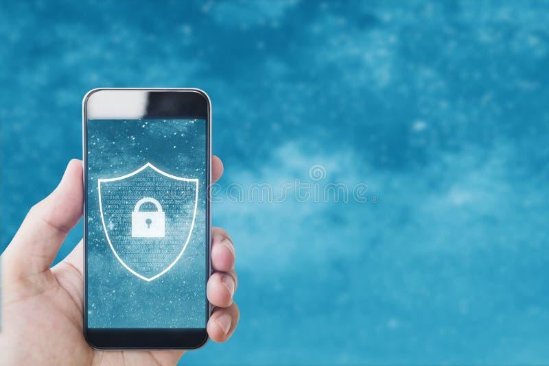 Mobiltelefonsäkerhets- och internetonline-säkerhetssystem Hand genom att använda den mobila smarta telefonen med låssymbolen på s royaltyfri foto