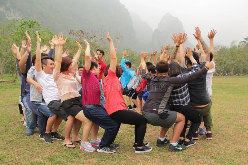 Moc Chau, Son La, Vietnam - 11 mars 2017 : Les personnels sont heureux et drôles avec des activités de renforcement d'équipe de s photographie stock