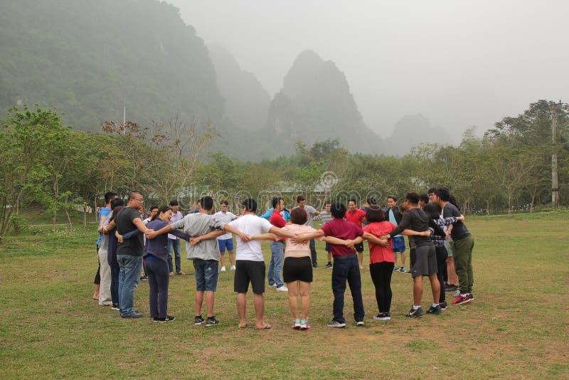 Moc Chau, Son La, Vietnam - 11 marzo 2017: Il personale ? soddisfatto e divertente delle attivit? di team-building della societ? fotografia stock