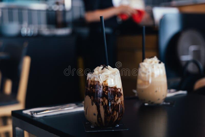 Moca ghiacciata sulla tavola in caffetteria immagine stock libera da diritti