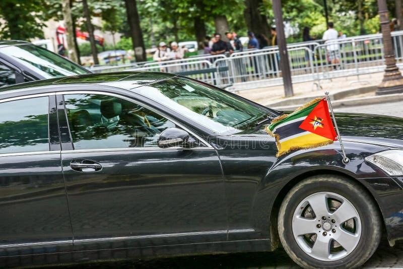 Mocambique ståtar den diplomatiska bilen under militär ( Defile) i republikdagen ( Bastille Day) Mästare El royaltyfria foton