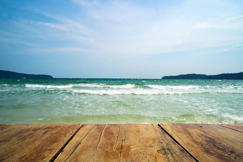 mocap για το σχέδιο Η ξύλινη επιτραπέζια κορυφή στο μπλε υπόβαθρο ουρανού θάλασσας μπορεί να βάλει ή montage τα προϊόντα σας για  στοκ εικόνες
