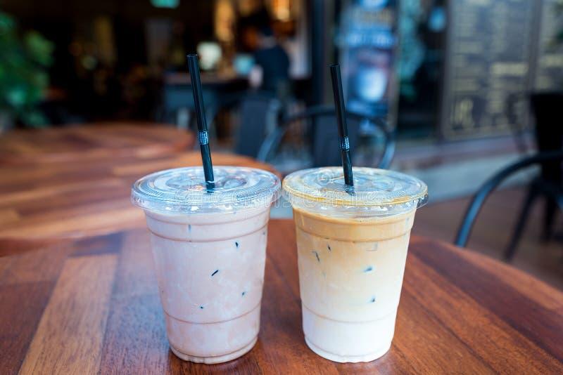 Mocha congelado e bebidas congeladas do café do Latte em wi claros dos copos do plástico fotos de stock