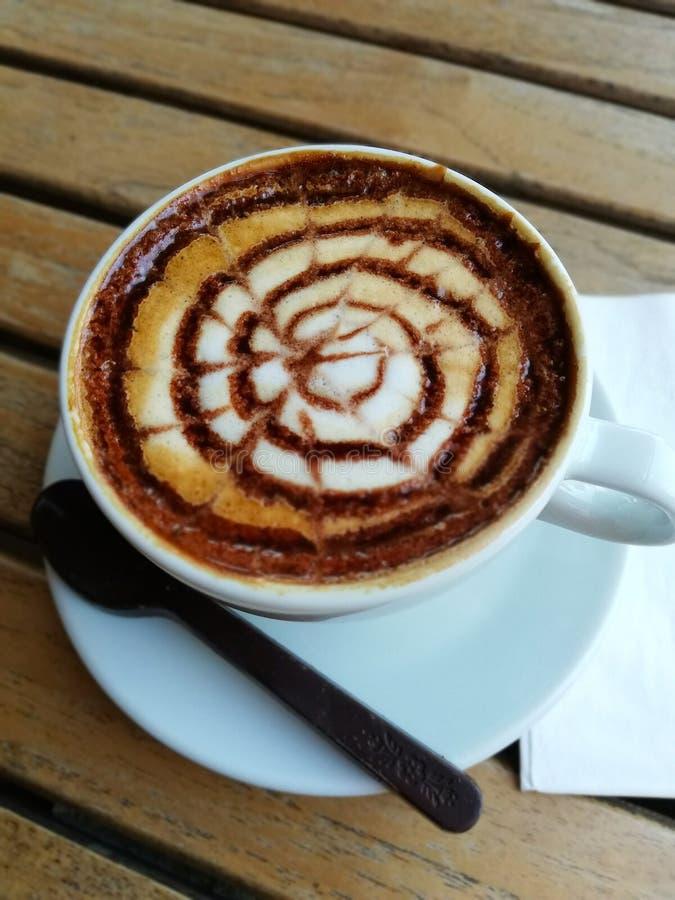 Mocha del caffè Tazza di caffè sulla tavola di legno in ristorante e caffè fotografia stock libera da diritti