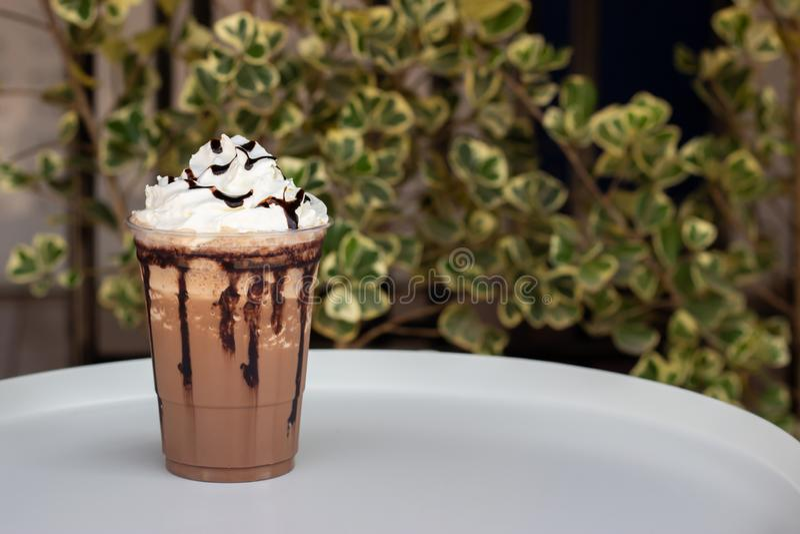 Mocha frappe in plastic kop Gediend met ranselende room en chocoladesaus Versheidsdrank Het favoriete menu van de cafeïnedrank stock foto's
