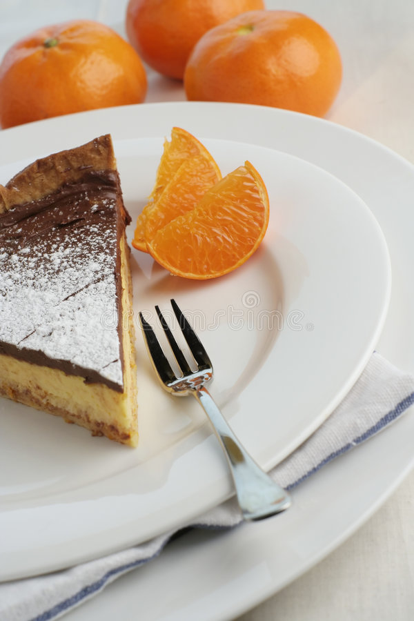 Mocha van de chocolade en oranje kaastaart met dessertvork stock afbeeldingen
